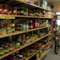 Verschiedene Produkte auf einem Regal
