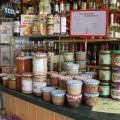 Eingemachte Fleisch-Speisen und Honig auf der Ladentheke