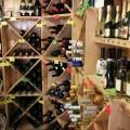 Weinflaschen in einem Weinregal