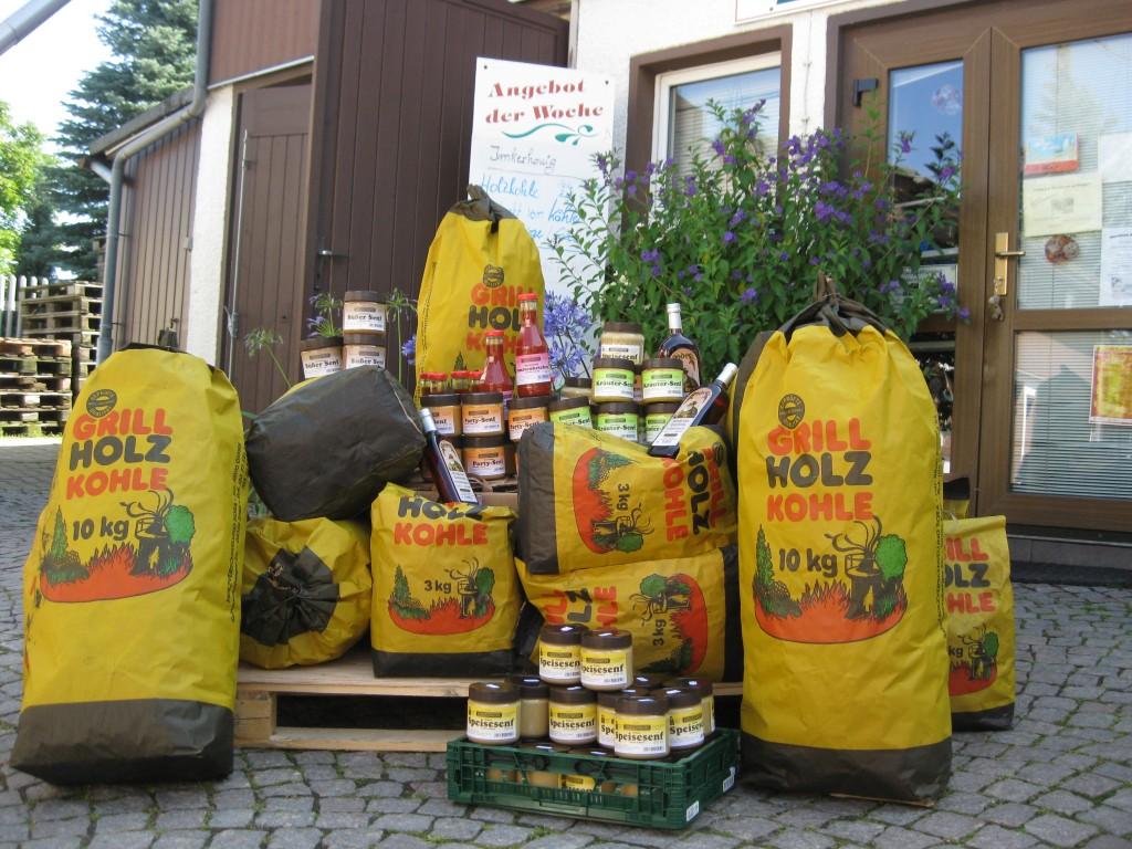 Anhäufung von Grillkohle und Senf-Produkten