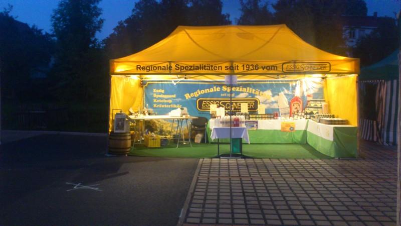 """gelbes Zelt mit Logo """"Essig-Schneider"""" und Werbung Essig, Senf, Ketchup. Kräuterlikör"""